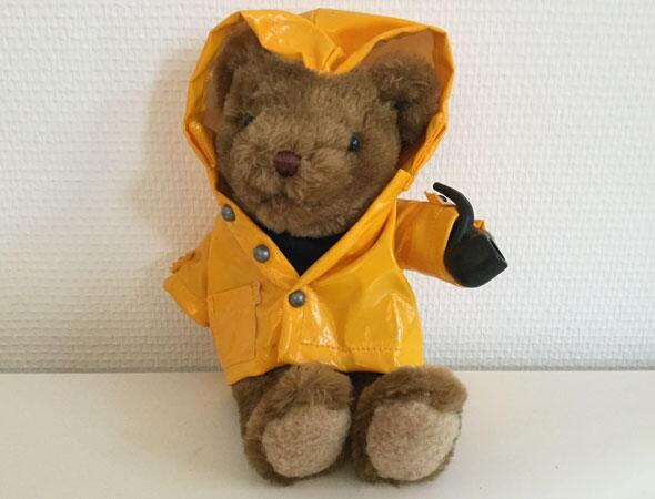 "Bamse i gul regnfrakke fra ""The Teddy Bear Collection"""