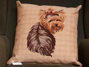 Siddende Yorkshire terrier